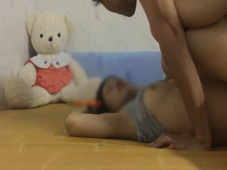 心里有点变态的小伙出租房内故意把女友搞晕翻过来调过去随意玩弄啪啪往她嘴里吐口水享受这种征服的感觉1080P原版第01集