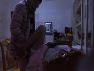 气质性感的白领美少妇趁老公出差和对门男邻居家中偷情,第一次在床上掰开美腿狠狠干,第二次在餐桌上拔掉内裤舔逼啪啪