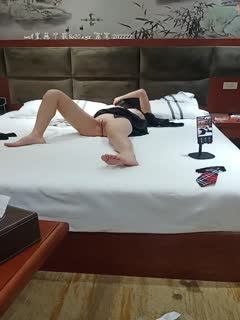 性感屁股无毛一线天粉逼妹子在睡觉被炮友玩弄,脱下内裤插入舔奶头侧入猛操呻吟娇喘非常诱人